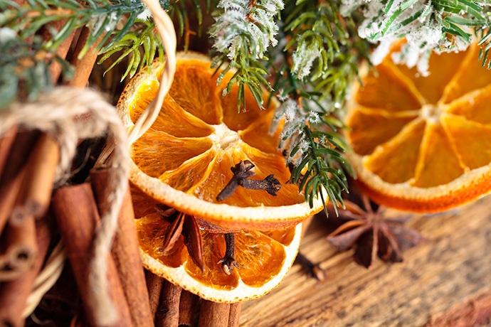 Arancia, cannella e rametti di pino profumano tutta la casa