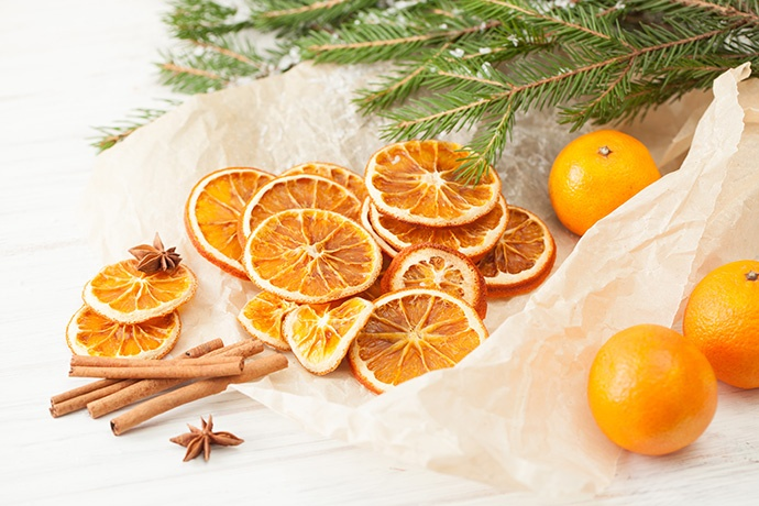 Decorazioni natalizie con frutta essiccata